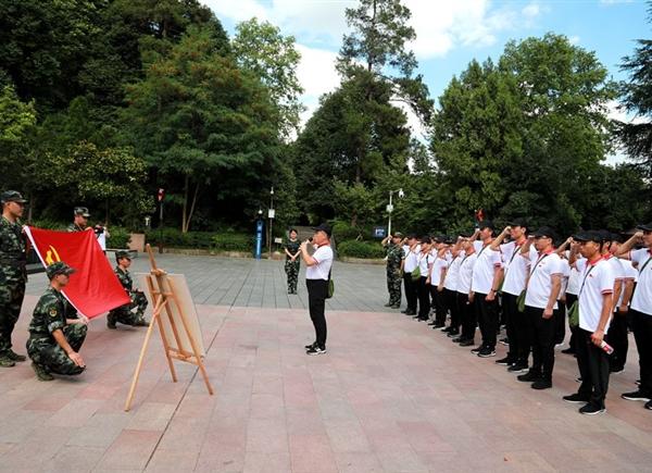 坚定信仰,红军烈士永垂不朽纪念碑下,特驱党员重温入党誓词